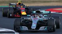 Lewis Hamilton stíhaný Red Bullem