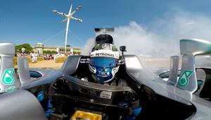VIDEO: Smyky a pálení gum - Bottas prohání Mercedes F1 W07 v Goodwoodu - anotační obrázek