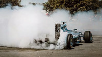 VIDEO: Smyky a pálení gum - Bottas prohání Mercedes F1 W07 v Goodwoodu - anotační foto