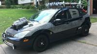 Ford Focus ve stylu Mad Max? Raketa na střeše, plamenomet v kufru a granát v držáku na pití - anotační obrázek