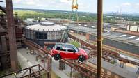 MINI John Cooper Works se vznáší 65 metrů nad Ostravou. Nejvýše umístěný automobil nad terénem v ČR stojí na Bolt Tower v Dolních Vítkovicích.