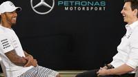 Lewis Hamilton s Totem Wolffem konečně podepsal prodloužení lukrativní smlouvy