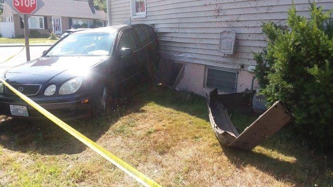 Náraz byl tak silný, že doslova smetl dům ze základů. Místo kusu zbořené základové zdi teď dům podpírá samotný automobil