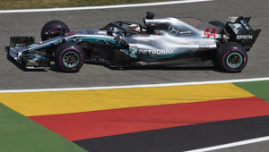 Vettel v Německu havaroval, Hamiltonovi pomohla týmová režie k vítězství - anotační obrázek