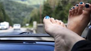 Nohy na palubní desce mohou být rychlou cestou k doživotním následkům