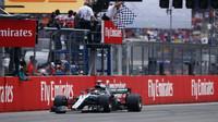 Lewis Hamilton v cíli závodu v Německu
