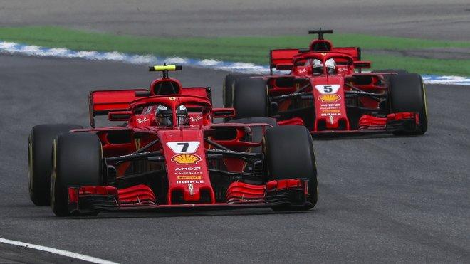 Kimi Räikkönen ve Velké ceně Německa před Sebastianem Vettelem