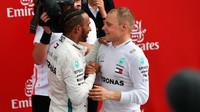 Lewis Hamilton a Valtteri Bottas po závodě v Německu