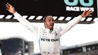 Lewis Hamilton se raduje z vítězství po závodě v Německu