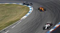 Charles Leclerc,Fernando Alonso a Lewis Hamilton v závodě v Německu