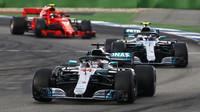 Lewis Hamilton a Valtteri Bottas v závodě v Německu