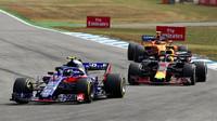 Pierre Gasly, Daniel Ricciardo a Stoffel Vandoorne v závodě v Německu