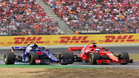 Sebastian Vettel předjížíd Pierre Gaslyho v závodě v Německu
