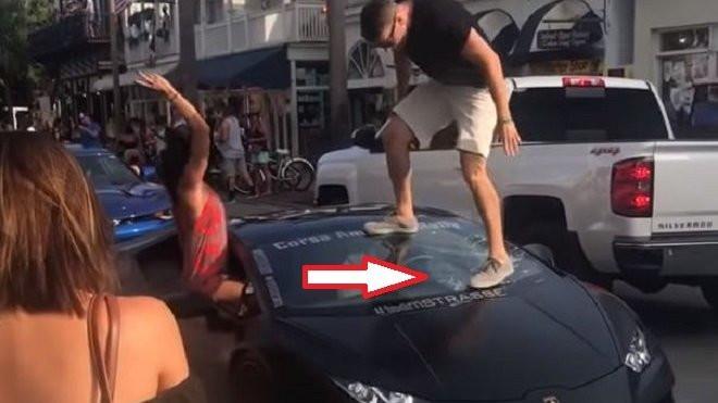 Během pózování fotografům si řidič Lamborghini Huracán pořádně vydělal