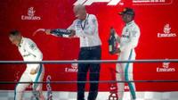Lewis Hamilton a Valtteri Bottas na pódiu po závodě v Německu