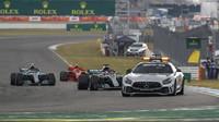 Lewis Hamilton a Valtteri Bottas za Safety carem v závodě v Německu