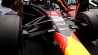 Přední zavěšení vozu Red Bull před závodem v Německu
