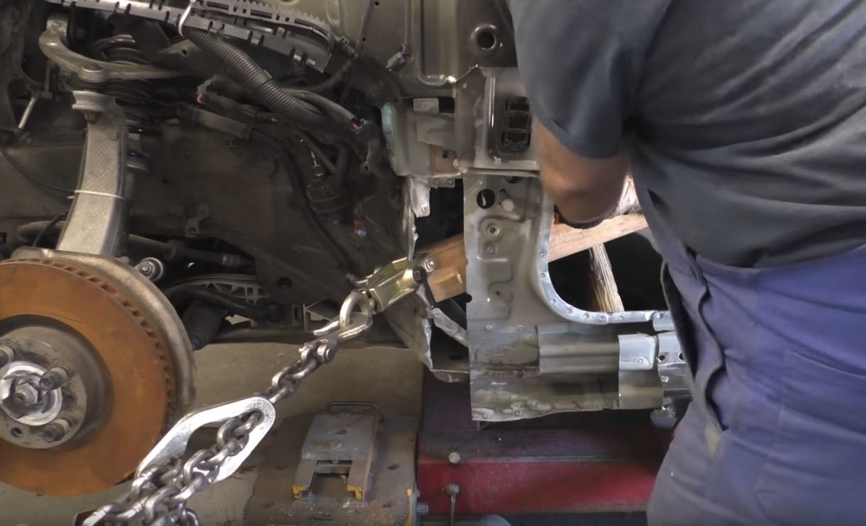 Porsche Panamera se v rukou zručného ruského mechanika proměnilo z vraku v zánovní vůz