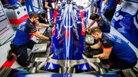 Příprava vozu Toro Rosso na trénink v Maďarsku