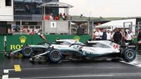 Lewis Hamilton a Valtteri Bottas byli nejrychlejší za deštivé kvalifikace v Maďarsku