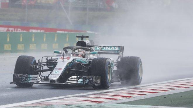 Lewis Hamilton s Mercedesem W09 za deště v Maďarsku
