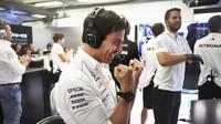 Toto Wolff se raduje z vítězství obou Mercedesů v kvalifikaci v Maďarsku