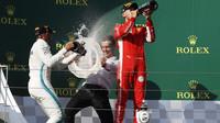 Lewis Hamilton a Sebastian Vettel na pódiu po závodě v Maďarsku
