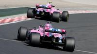 Oba vozy stáje Force India během posledního závodu v Maďarsku