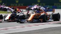 Fernando Alonso a Daniel Ricciardo v závodě v Maďarsku