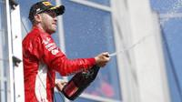 Sebastian Vettel na pódiu po závodě v Maďarsku