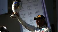 Lewis Hamilton se svou trofejí na pódiu po závodě v Maďarsku