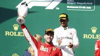 Sebastian Vettel se svou trofejí na pódiu po závodě v Maďarsku