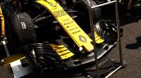 Přední křídlo vozu Renault závodem v Maďarsku