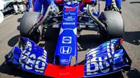 Přední křídlo vozu Toro Rosso závodem v Maďarsku