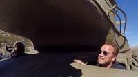 Arnold Schwarzenegger vyvezl svůj tank na ničivou projížďku, společníka mu dělal Jay Leno