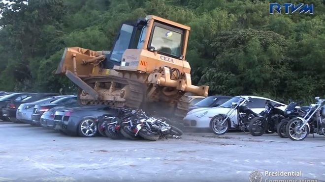 Na Filipínách se pustili do další demolice zabavených automobilů