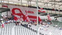 Věrní fanoušci Roberta Kubiia při sezónních testech v Maďarsku