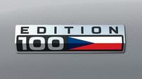 Paket Edice 100 je kombinovatelný s černým interiérem a skládá se z prošití sedadel a koženého volantu v barvě trikolóry, zašité vlajky na předních sedadlech a loga Edice 100 na předních blatnících (na snímku)