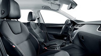 Paket Edice 100 je kombinovatelný s černým interiérem (na snímku Octavia) a skládá se z prošití sedadel a koženého volantu v barvě trikolóry, zašité vlajky na předních sedadlech a loga Edice 100 na předních blatnících