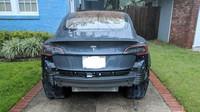 Tesla Model 3 ztrácí v dešti nárazník (Twitter/Benj1Franks)
