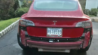 Tesla Model 3 ztrácí v dešti nárazník (Twitter/rithesh)