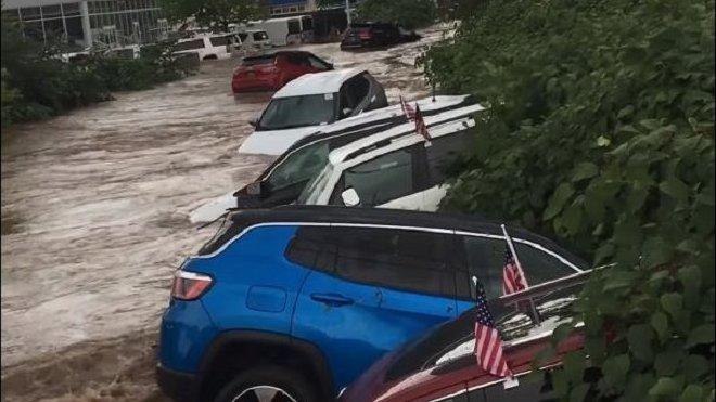 Blesková povodeň během chvíle smetla i několik nových vozů