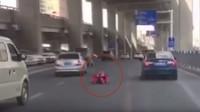 Čínský nadšenec si sestrojil oblek vybavený kolečky a elektromotorem, se kterým se vydal do hustého městského provozu