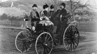Bertha Benz s manželem Karlem, dcerou Karlou a Fritzem Heldem na projížďce v Benz Victoria okolo roku 1894