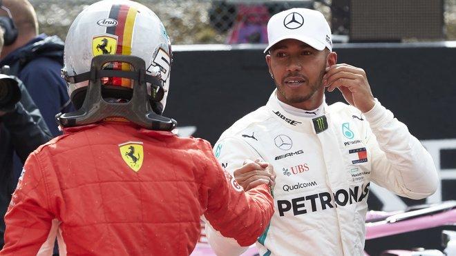 Sebastian Vettel si podává ruce s Lewisem Hamiltonem