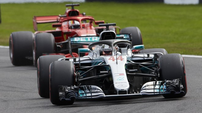 Lewis Hamilton před Sebastianem Vettelem v Belgii