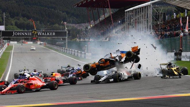 Havárie po startu Velké ceny Belgie 2018 - Alonso ve vzduchu poté, co do něj zezadu vrazil Hülkenberg