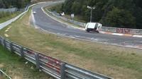 Nürburgring si málem připsal další vážná zranění, řidič však naštěstí předvedl správnou reakci