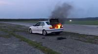 Pohozená plechovka s olejem způsobila požár vozu