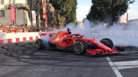 Sebastian Vettel s Ferrari SF71H během roadshow v Miláně